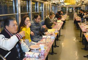 人気を集める近江の地酒電車=近江鉄道彦根駅付近で