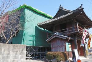 境内に組み立てられた劇場=津市芸濃町椋本の東日寺で