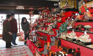 松屋山田家住宅に飾られている段飾り=御嵩町伏見で