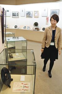 館内には古いレコードや自筆の楽譜などのゆかりの品が展示されている=いずれも長野県中野市の中山晋平記念館で
