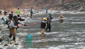 渓流釣りが解禁となり早朝から釣り人でにぎわう天竜川=浜松市天竜区で