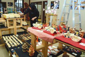 近江学園の園生が手掛けた焼き物や木工などの作品=近江八幡市為心町元で