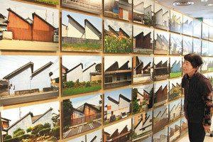 さまざまな表情のノコギリ屋根工場の写真がびっしり並ぶ=一宮市大和町馬引の一宮地場産業ファッションデザインセンターで