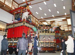 会館に運び込まれ、展示に向けて飾り付けられる屋台=高山市桜町の高山祭屋台会館で
