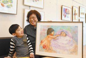 花田裕大ちゃん(左)の卒園を祝い、初個展を開いた川崎光恵さん=浜松市浜北区のカフェ「きじの杜」で