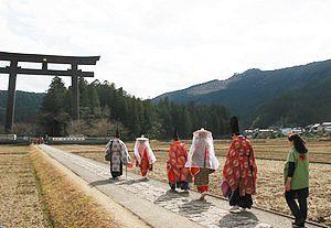 大斎原に向かって歩く平安衣装を着たグループ