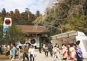 創建2050年で多くの参拝者でにぎわう熊野本宮大社=いずれも和歌山県田辺市で