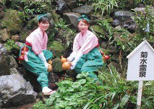 泉の水をくみ取る高木さん(左)と中川さん=養老町の養老公園で