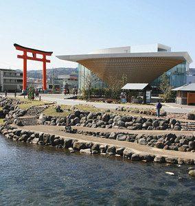 逆さ富士をイメージした静岡県富士山世界遺産センターの外観