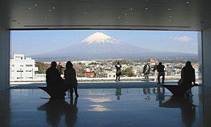 同センターの展望デッキから望む富士山=いずれも静岡県富士宮市で