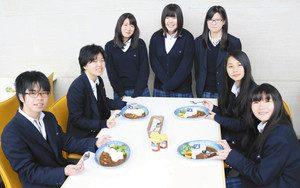 博物館と「びわ湖カレー」を共同開発した湖南農業高校の生徒=草津市下物町の県立琵琶湖博物館で