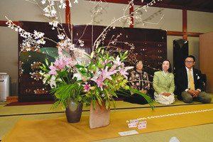 家具に合わせて展示された生け花作品=射水市三ケで
