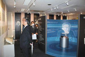オープンした高木貞治博士記念室で開かれた内覧会=本巣市上保で