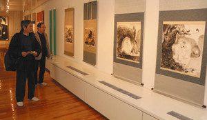 鳥が描かれている作品が並ぶ企画展=富山市安養坊の篁牛人記念美術館で