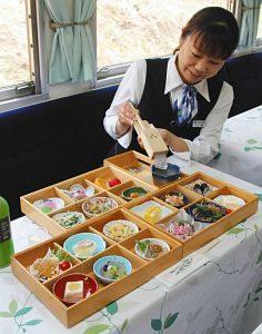 「寒天列車」で提供される料理=恵那市内で