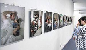 育児に奮闘するスウェーデンの父親たちの日常を捉えた写真展=福井市総合ボランティアセンターで