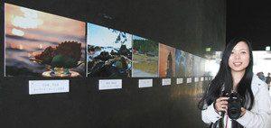 スイーツと能登の風景をコラボさせた写真を展示する坂本藍さん=七尾市・和倉温泉で