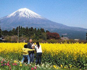 富士山をバックに記念撮影をする家族連れ=富士宮市原の白糸自然公園で