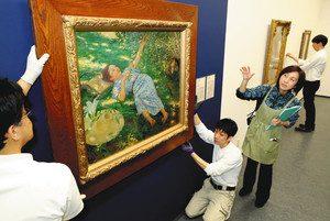 開幕の準備が進む「THE日本洋画150年展」会場=浜松市中区の市美術館で