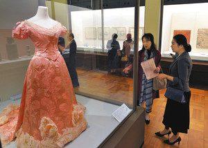 昭憲皇太后が着用したドレスを鑑賞する招待客=名古屋市東区の徳川美術館で