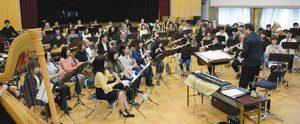 本番に向けて練習に取り組む浜松交響吹奏楽団のメンバー=浜松市中区で