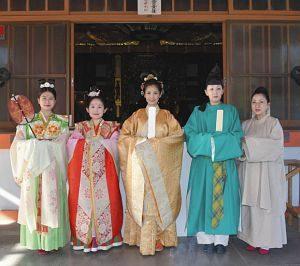 天平衣装を身にまとい、境内を練り歩いた実行委員ら=岐阜市の美江寺観音で