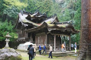 複雑に屋根が入り組んだ岡太神社・大滝神社の拝殿と本殿