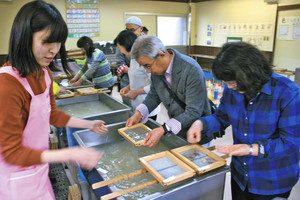 パピルス館では手軽に紙すきが体験できる=いずれも福井県越前市で