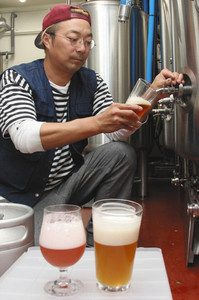 「掛川ビール」の出来栄えを確認する杉浦健美さん=掛川市肴町の掛川ファームブルーイングで