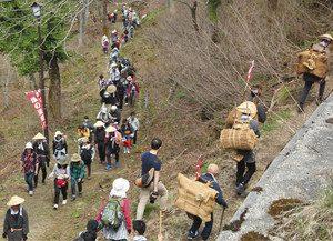 昨年の塩の道まつりで小谷村内を歩く参加者ら=小谷村の塩の道で
