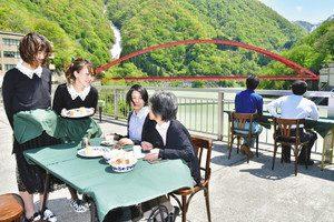 ダムの展望台に開設し、壮大な景色が楽しめる「カフェ・ド・ダム」=黒部市の宇奈月ダムで