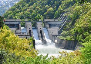 黒部川の下流に立つ宇奈月ダム=黒部市宇奈月町舟見明日音沢で