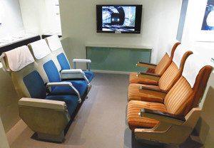 実際に座れる0系新幹線の座席=名古屋市のリニア・鉄道館で