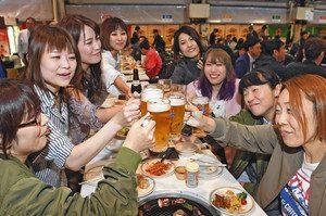 ビアテラスがオープンし、乾杯して盛り上がる人たち=金沢市のANAクラウンプラザホテル金沢で
