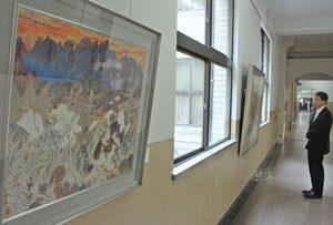 県ゆかりの作家の作品を展示している回廊=県庁で