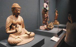 期間限定で公開している釈迦如来坐像(手前)=小浜市の若狭歴史博物館で