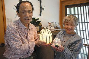 自身が手がけた作品を手に、イベントの魅力を語る山口さん夫妻=高島市安曇川町で