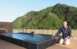 岐阜城が一望できる屋上露天風呂を紹介する杉山社長=岐阜市の鵜匠の家すぎ山で