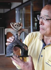 ハート形土偶のレプリカを手にする後藤さん=設楽町の名倉小で