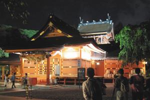 ライトアップされた拝殿(手前)と本殿(奥)=富士宮市の富士山本宮浅間大社で