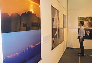 立山連峰などの風景を、2枚一組で展示した会場=富山市科学博物館で