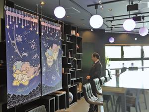 キキとララの世界に浸れるカフェの店内=阿智村智里で