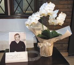 木下忠司さんの訃報を受けて記念館入り口に置かれた遺影と花=浜松市中区の木下恵介記念館で