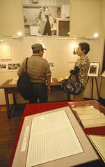 木下さんの歩みが分かる資料を見る来場者=浜松市中区の木下恵介記念館で