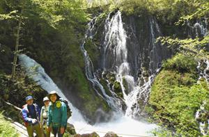 ガイドツアーが始まり、新緑や滝を楽しむ入山者=高山市の乗鞍山麓五色ケ原の森で