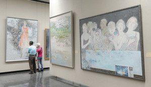 日本画の技法で描かれた作品が並ぶ会場=金沢市の石川県立美術館で