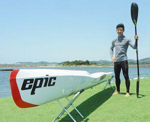 三河湾でサーフスキーの練習に励む片山さん=蒲郡市西浦町の西浦マリーナで