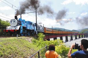 鉄橋を渡る、きかんしゃトーマス号=島田市川根町笹間渡で