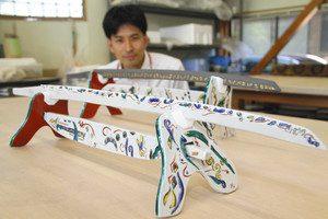 最上進さんが制作した九谷焼の日本刀=能美市九谷焼陶芸館で