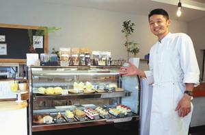 糖質制限チョコバーを開発した玉井雄一朗さん=小松市安宅町で